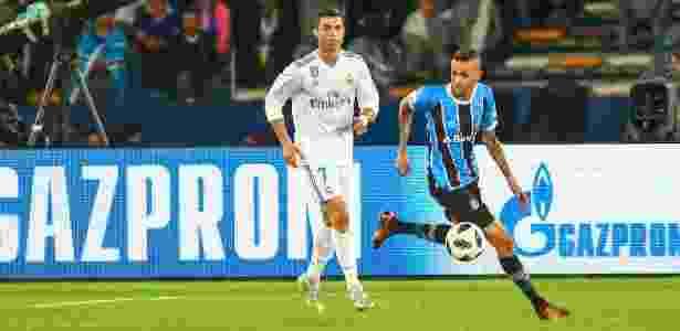 Luan conduz a bola com Cristiano Ronaldo na marcação, durante a partida entre Grêmio e Fluminense - LUCAS UEBEL/GREMIO FBPA - LUCAS UEBEL/GREMIO FBPA
