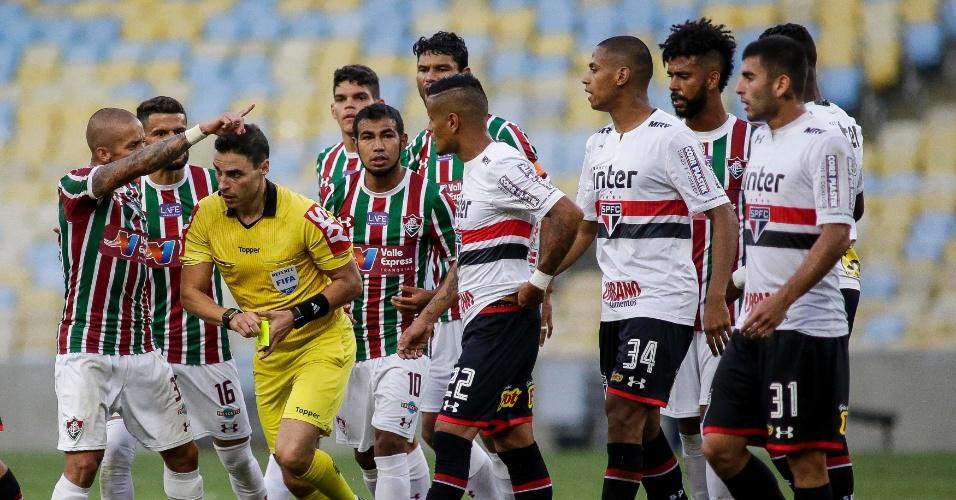 Jogadores de Fluminense e São Paulo pressionam o árbitro Rodolpho Toski Marques