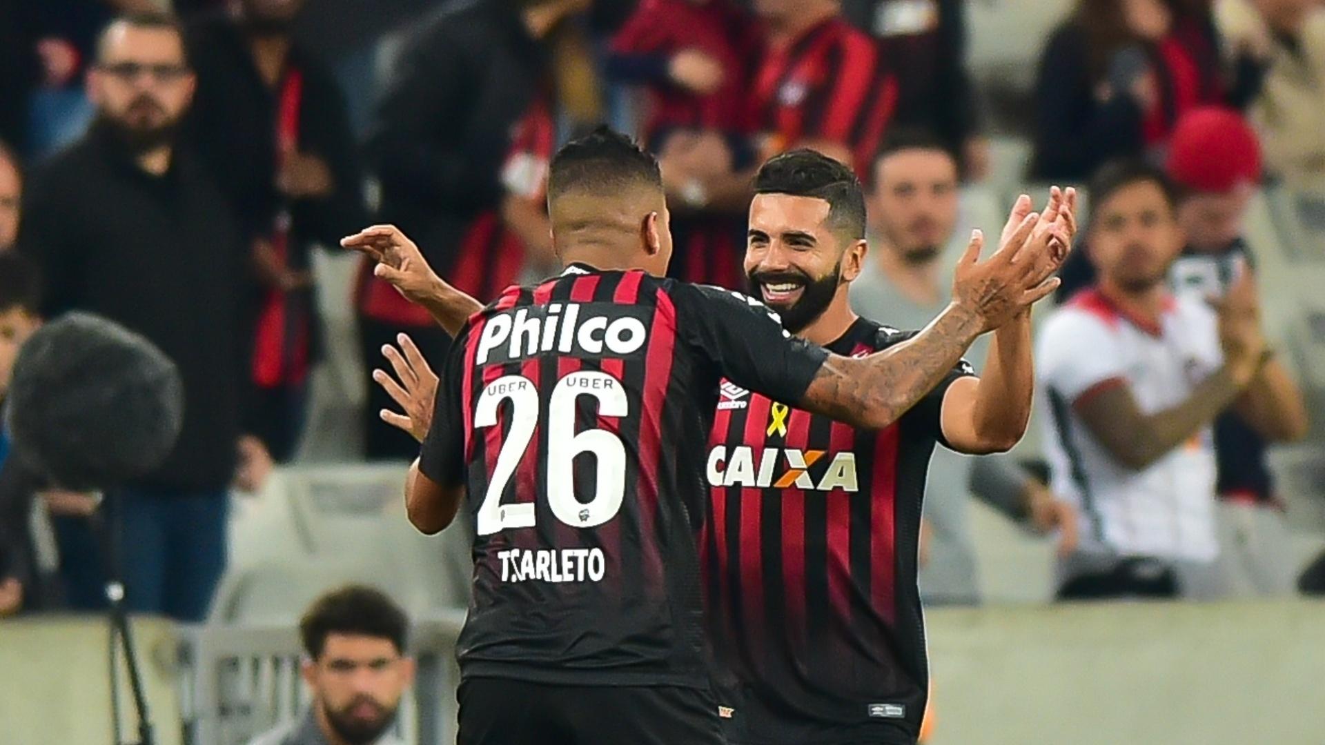 Guilherme comemora gol do Atlético-PR contra o Santos