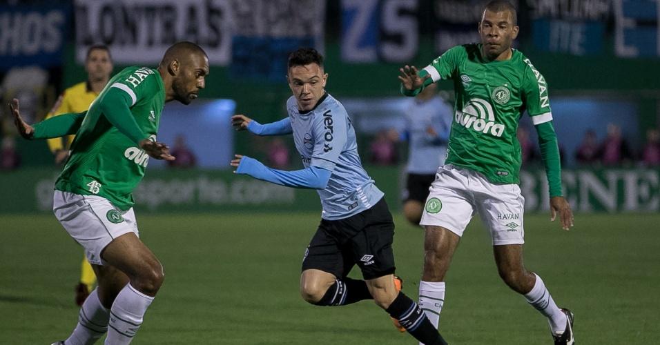 Com Douglas (à esquerda) e Amaral, Chapecoense tenta parar Pepê, do Grêmio