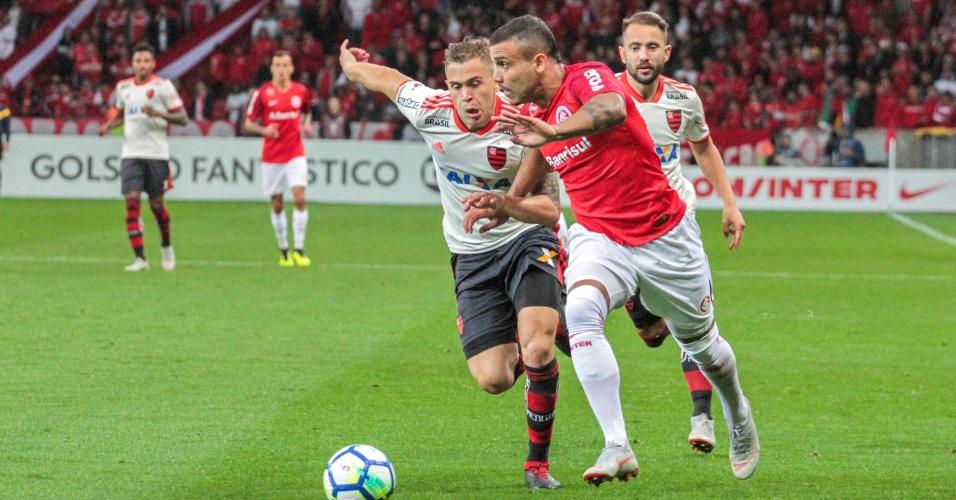 Willian Pottker encara a marcação do Flamengo durante jogo do Internacional no Brasileirão