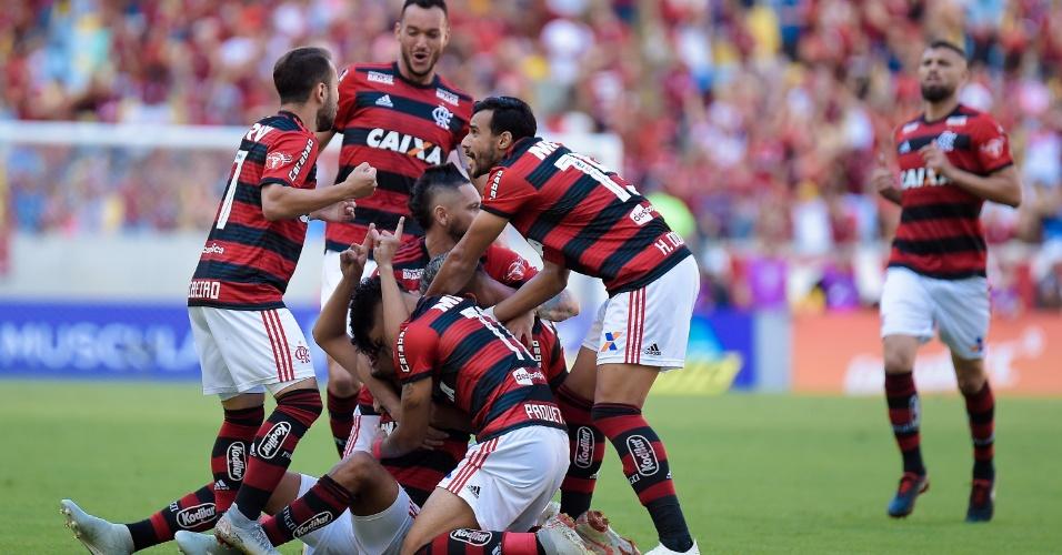 Jogadores do Flamengo comemoram gol contra o Atlético-MG no Maracanã