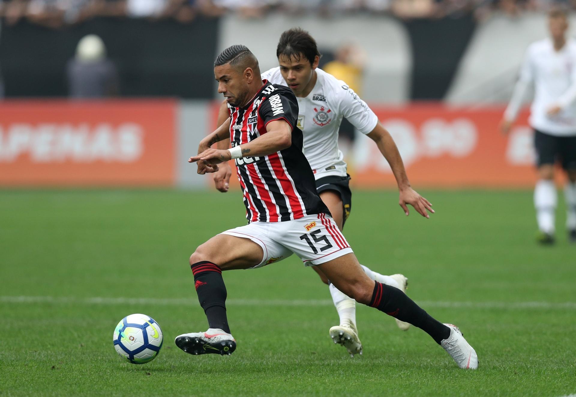 6acb3d383fa41 Corinthians e São Paulo ficam no empate em clássico com arbitragem polêmica  - 10 11 2018 - UOL Esporte