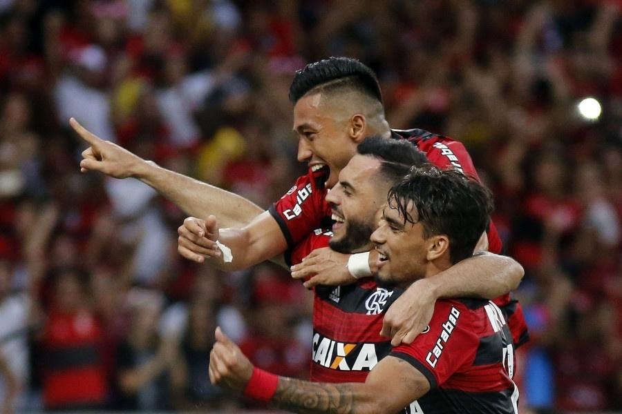 Rhodolfo e Lucas Paquetá comemoram gol do Flamengo diante do Atlético-PR pelo Campeonato Brasileiro 2018