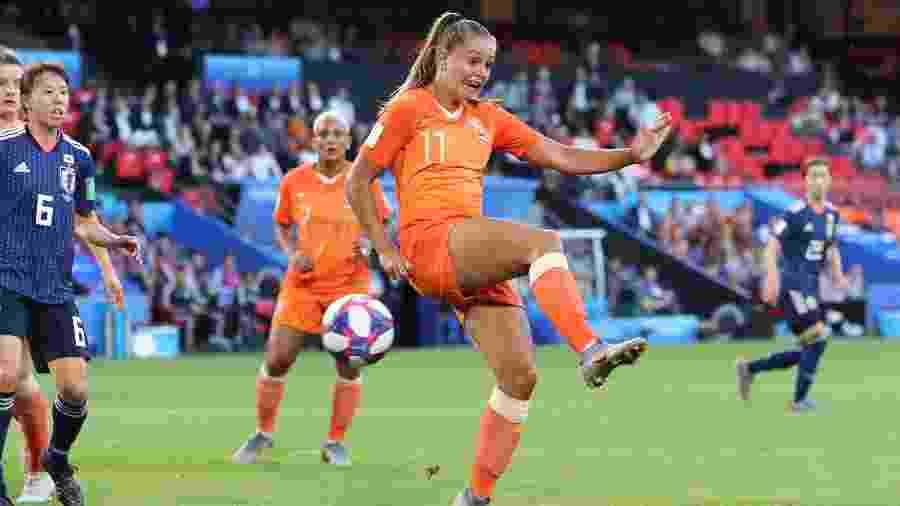 Lieke Martens toca de calcanhar para abrir o placar para a Holanda contra o Japão - Charlotte Wilson/Offside/Offside via Getty Images