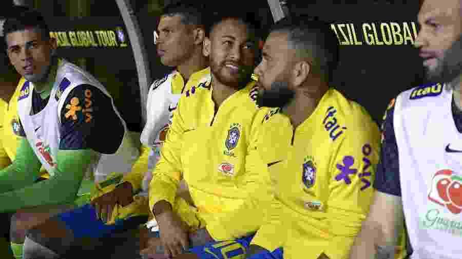 Neymar no banco de reservas com Daniel Alves e Thiago Silva no amistoso contra o Peru - Kevork Djansezian/AFP