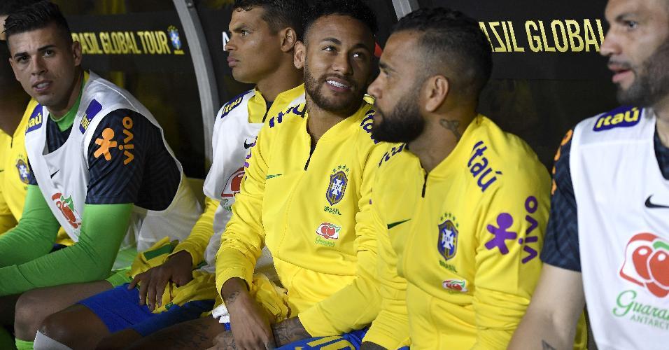 Neymar no banco de reservas com Daniel Alves e Thiago Silva