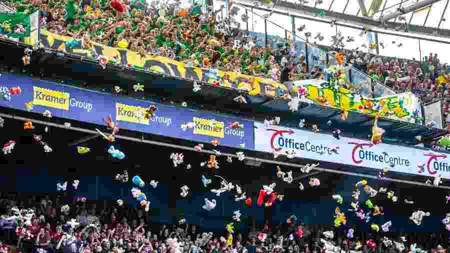 Torcida do ADO Den Haag arremessa ursos de pelúcia na partida contra o Feyenoord - VI-Images/VI-Images via Getty Images