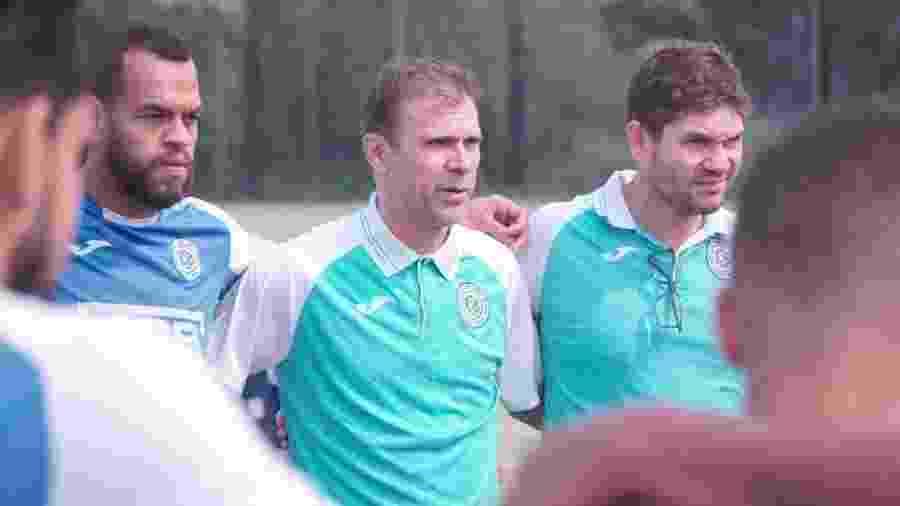 Milton Mendes, ao centro, foi técnico do São Bento de agosto até sábado (2/11), quando pediu demissão - Divulgação/São Bento