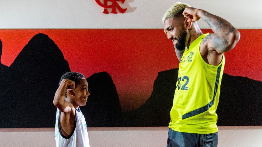Lucas Andrade, de 9 anos, simula comemoração ao lado do ídolo Gabigol - Divulgação/TV Globo