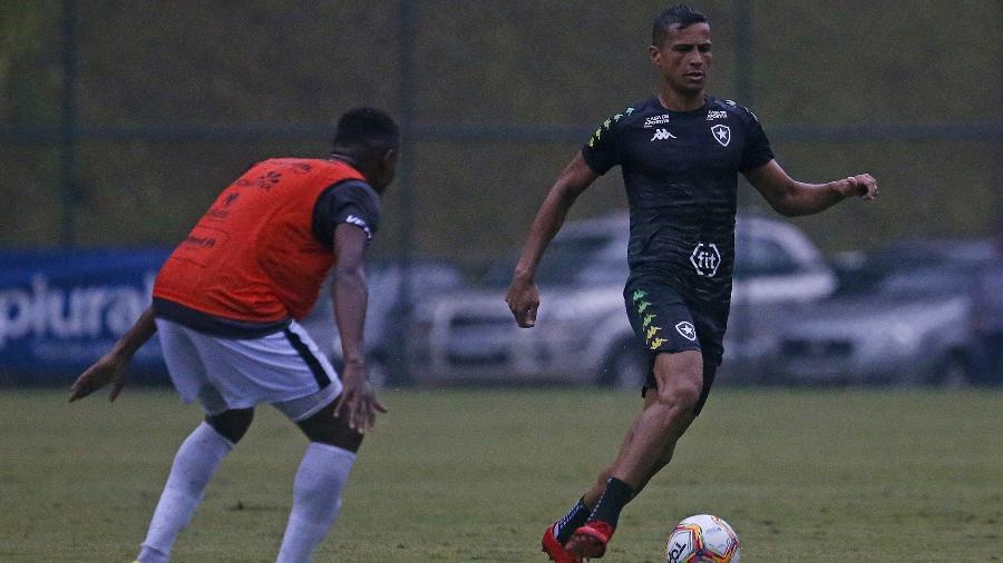 Cícero testou positivo para o coronavírus, foi isolado e desfalca o Botafogo no amistoso contra o Fluminense - Vitor Silva/Botafogo
