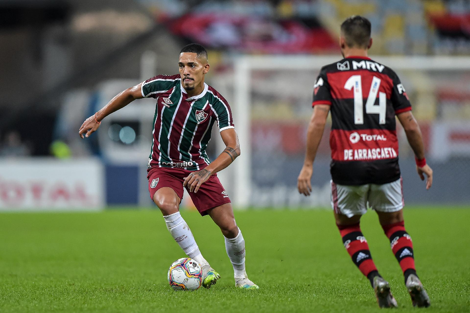Gilberto, do Fluminense, conduz a bola na decisão do Carioca 2020 contra o Flamengo