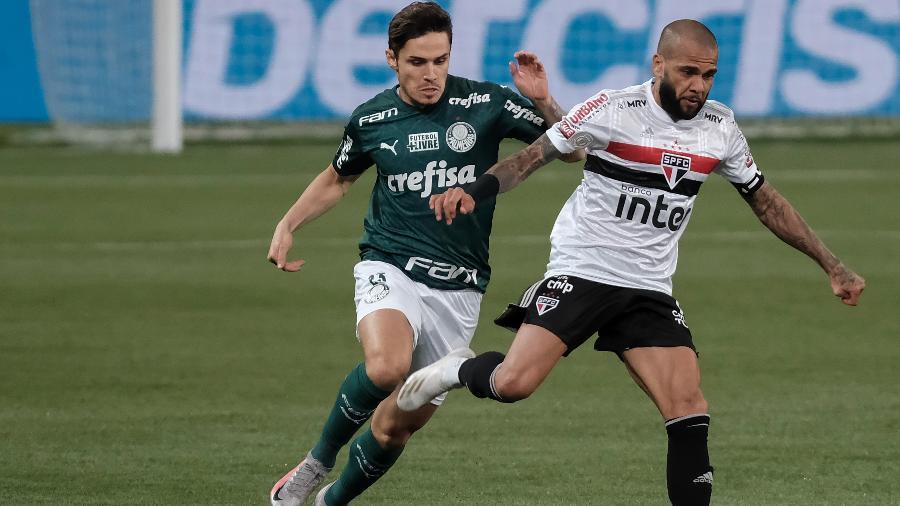 Daniel Alves e Raphael Veiga disputam a bola no clássico Palmeiras x São Paulo, pelo Brasileirão - Marcello Zambrana/AGIF
