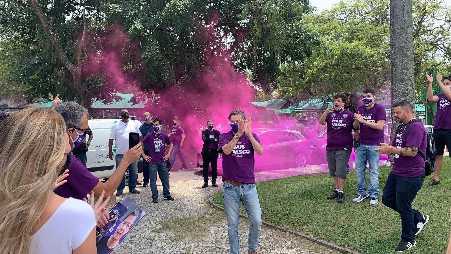 """Jorge Salgado é festejado em chegada ao Calabouço, para eleição do Vasco - Divulgação """"Mais Vasco"""""""