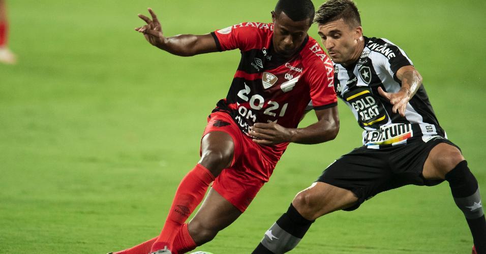 Victor Luis, do Botafogo, cerca o meia-atacante Carlos Eduardo, do Athletico