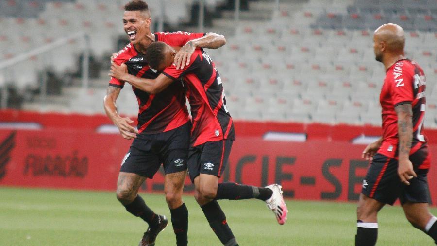 Vitinho, do Athletico-PR, comemora gol: Paranaense será exibido pelo SBT no Paraná - Gabriel Machado/AGIF