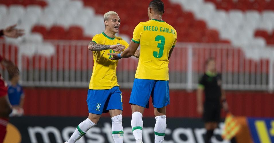 Diego Carlos comemora gol pela seleção olímpica em amistoso contra os Emirados Árabes Unidos
