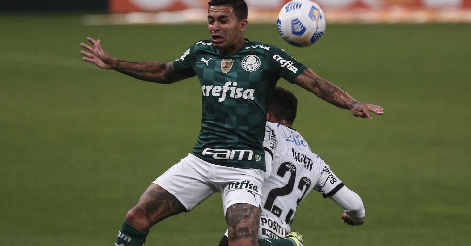 Atacante Duda disputa a bola com Fagner no clássico entre Corinthians e Palmeiras, pela 22ª rodada do Brasileirão