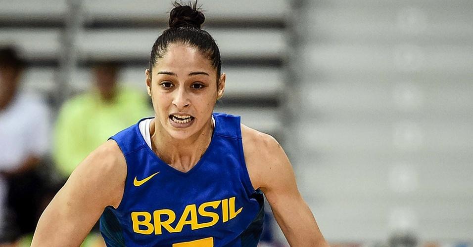 Débora em ação pelo Brasil contra Porto Rico, no basquete, em Toronto