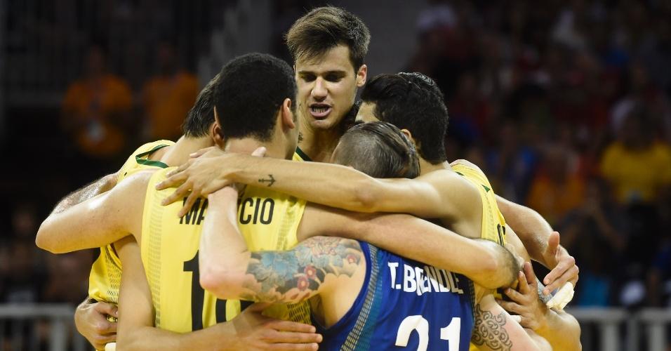 Brasileiros comemoram ponto contra Porto Rico, no vôlei masculino
