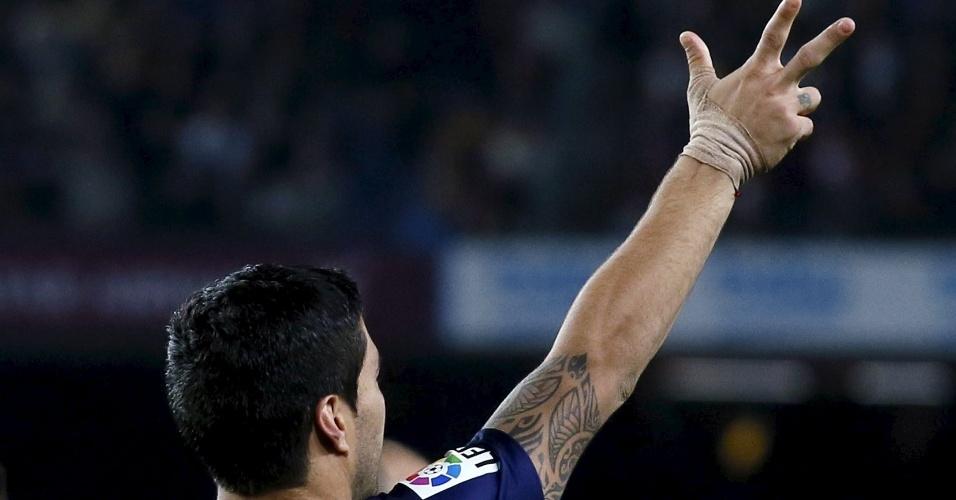 Luis Suárez acena para a torcida após marcar um dos gols da vitória do Barcelona contra o Eibar, pelo Espanhol