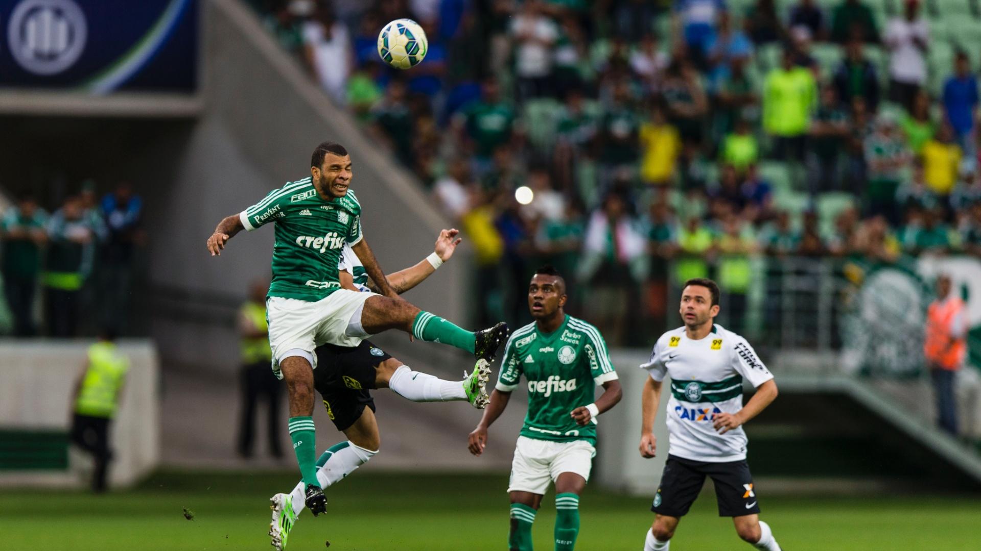 Jogadores de Palmeiras e Coritiba disputam bola pelo alto durante confronto válido pela 37ª rodada do Campeonato Brasileiro
