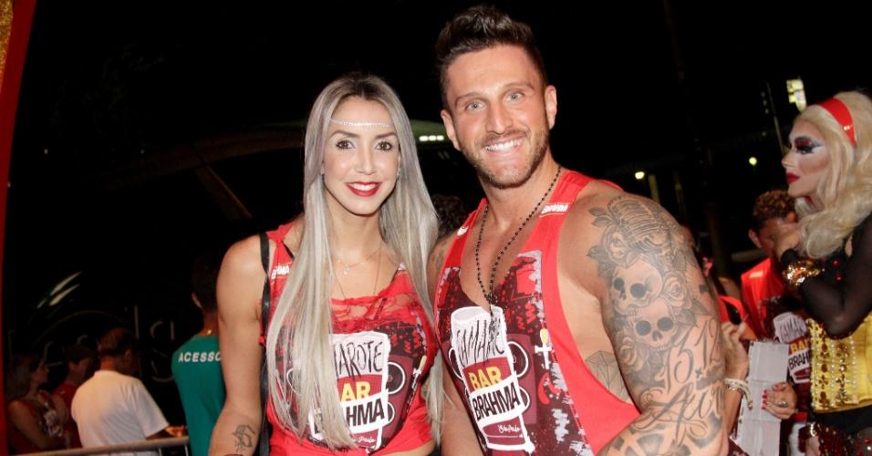 Taisa, jogadora da seleção brasileira de vôlei, curte o carnaval de São Paulo com seu namorado
