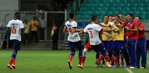 Jogadores do Bahia comemoram gol de Gustavo contra o Galícia, pelo Estadual