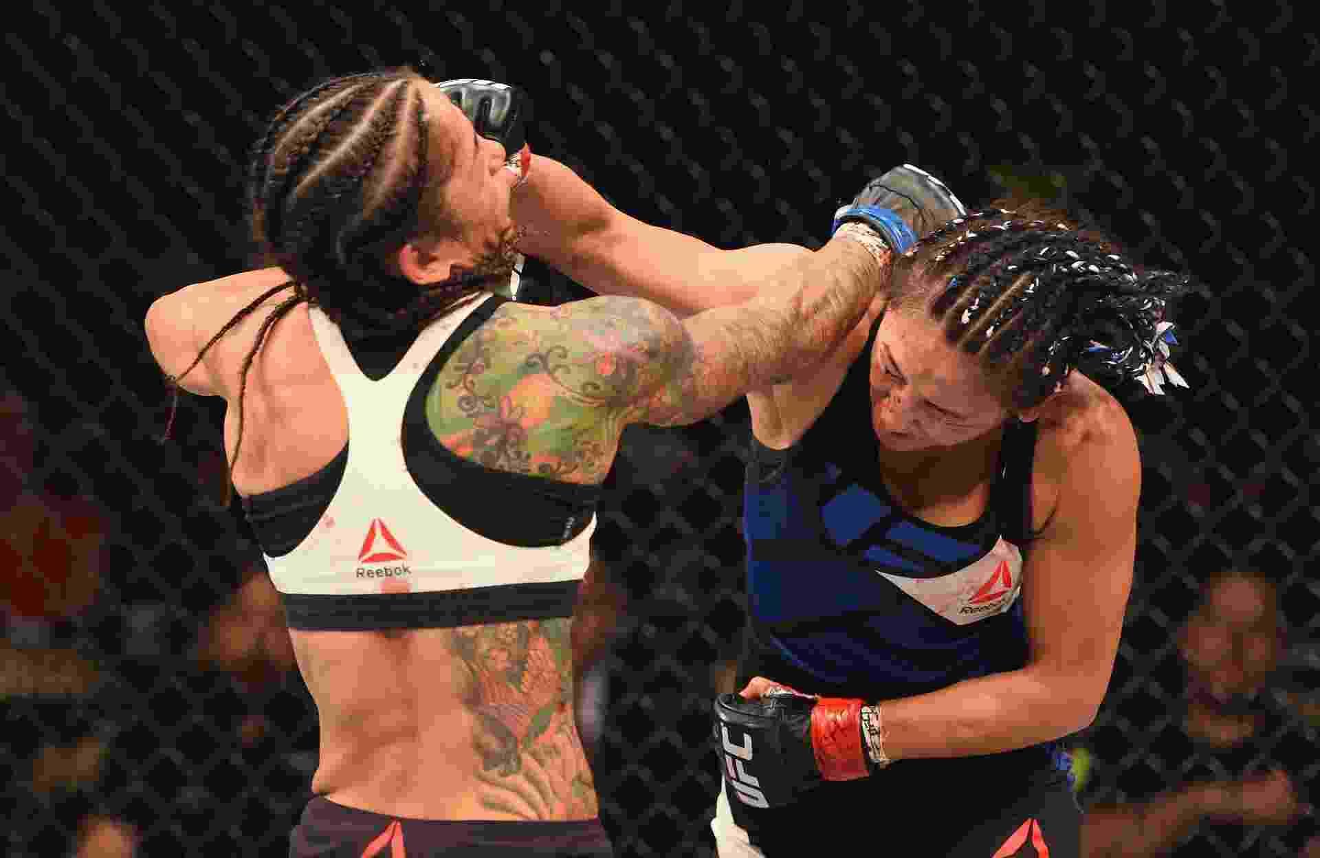 Ex-campeã Carla Esparza acerta soco na brasileira Juliana Lima, durante UFC 197 - Josh Hedges/Zuffa LLC/Zuffa LLC via Getty Images