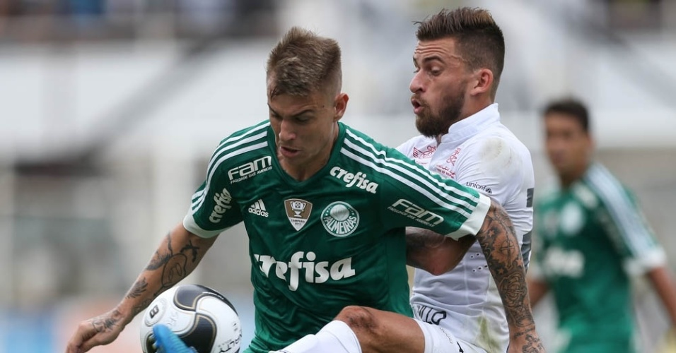 Róger Guedes recebe a marcação do meia Lucas Lima durante o clássico Santos e Palmeiras na Vila