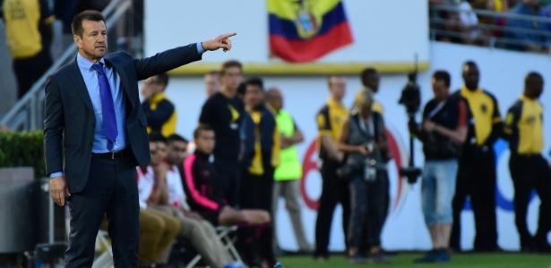 Dunga orienta jogadores da seleção brasileira na estreia do Brasil contra o Equador