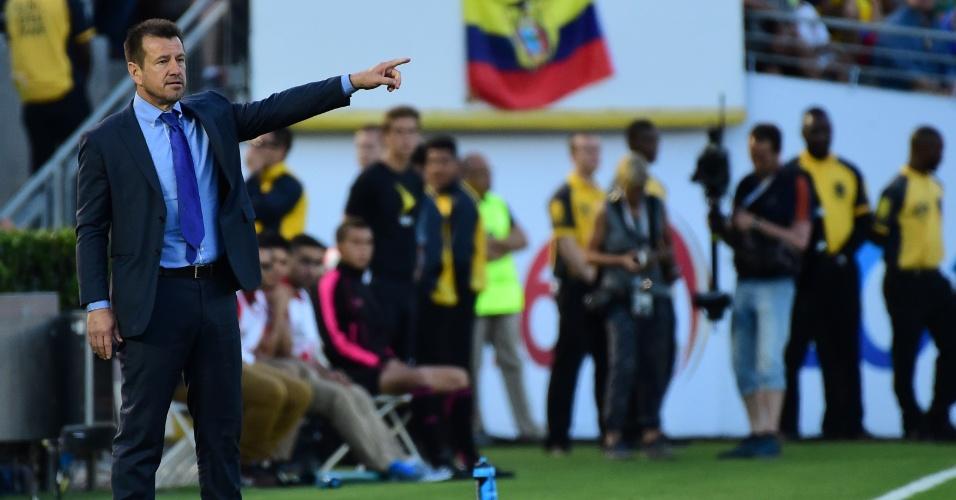 Dunga orienta jogadores da seleção brasileira na estreia do Brasil contra o Equador, na Copa América