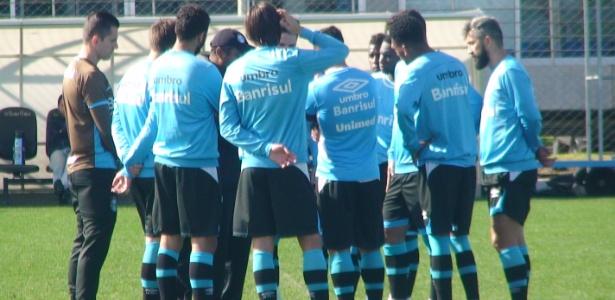 Roger conversa com titulares do Grêmio em treinamento do time