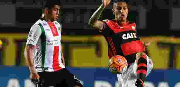 Guerrero, do Flamengo, tenta escapar da marcação de Bejamin Vidal, do Palestino - VANDERLEI ALMEIDA/AFP
