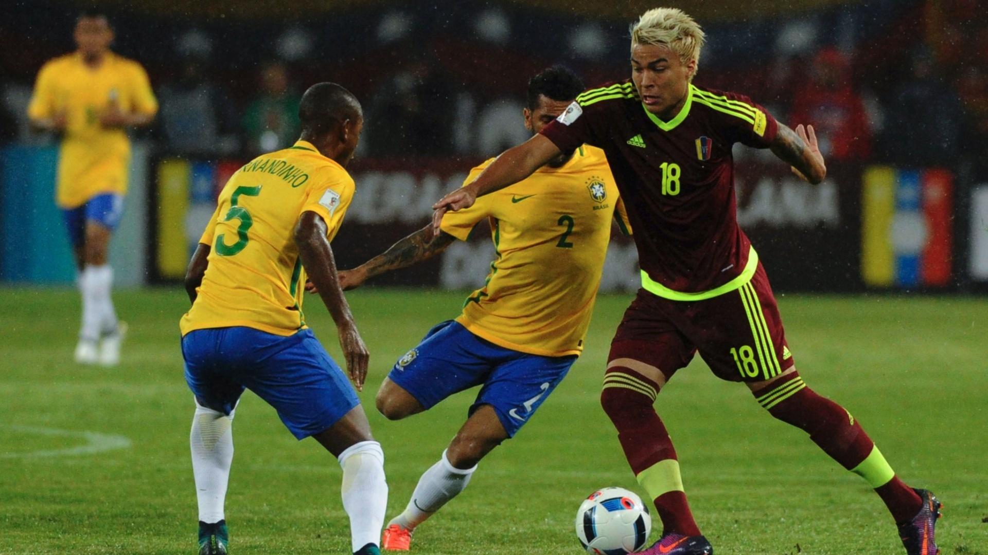 Adalberto Peñaranda encara a marcação de Fernandinho e Daniel Alves na partida Venezuela x Brasil
