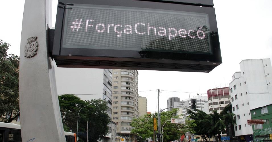 Relógio de rua na Praça Roosevelt, em São Paulo, manda mensagem de apoio à Chapecoense