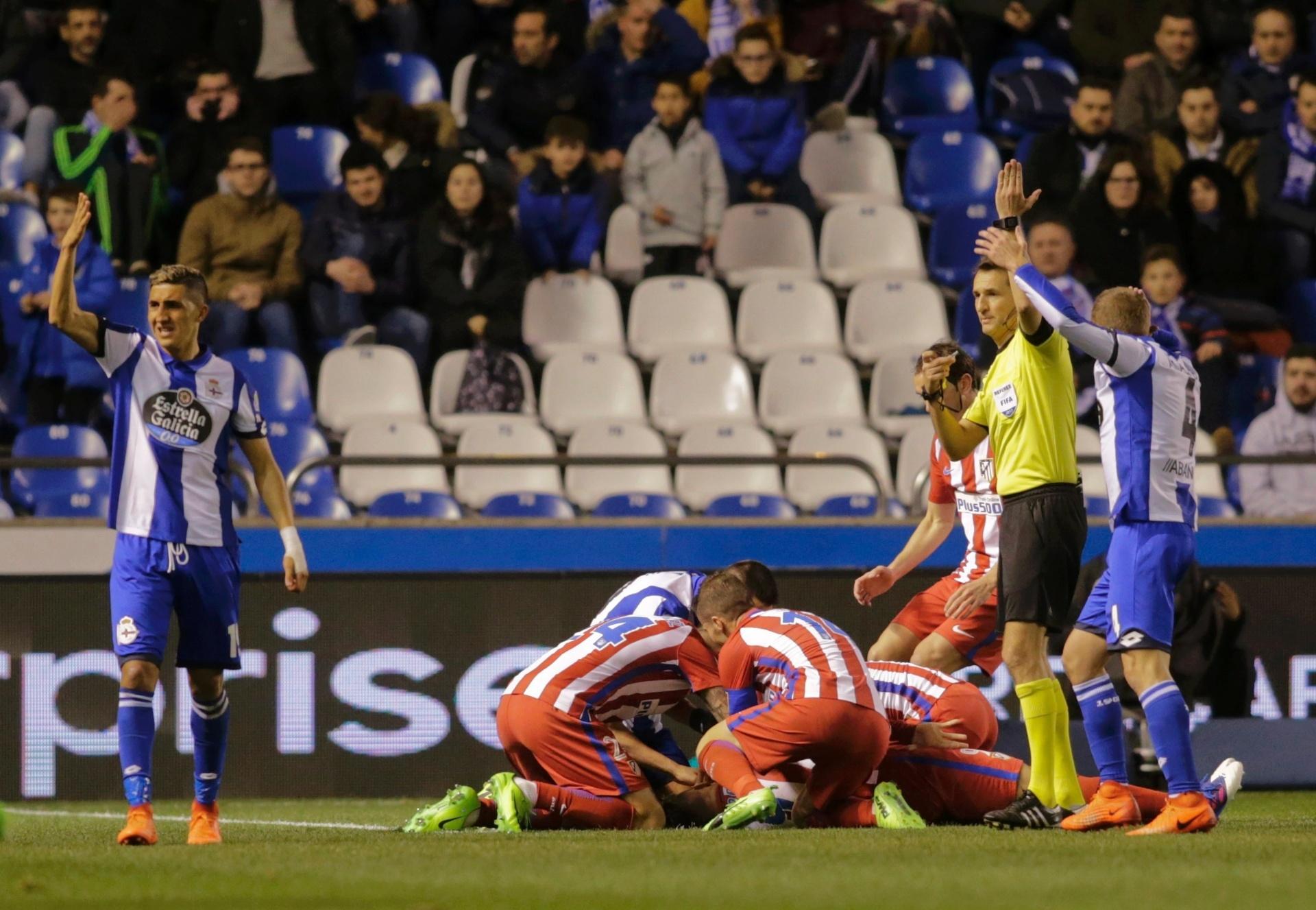 Fernando Torres sofre traumatismo após choque e é levado a hospital -  02 03 2017 - UOL Esporte 75a5b94759c71
