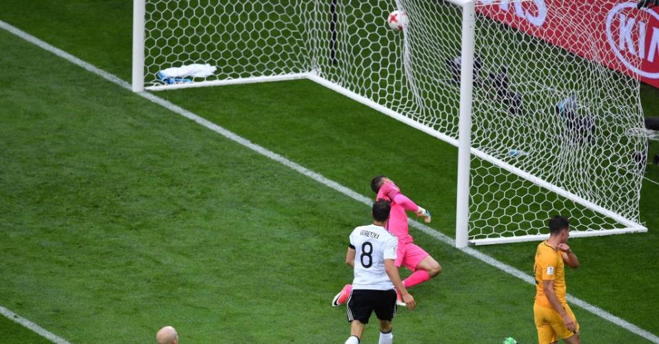 Goretzka chuta para superar o goleiro Ryan, na partida entre Alemanha e Austrália