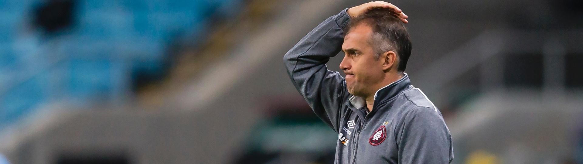 Eduardo Baptista descontente com o desempenho do Atlético-PR contra o Grêmio