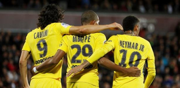 Cavani, Mbappé e Neymar comemoram gol do PSG nesta sexta-feira