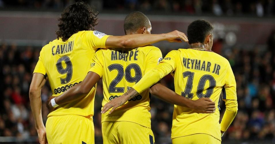 Cavani, Mbappé e Neymar comemoram gol do PSG