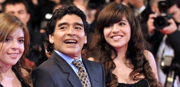 Maradona e suas filhas Dalma (à esquerda) e Giannina (à direita)