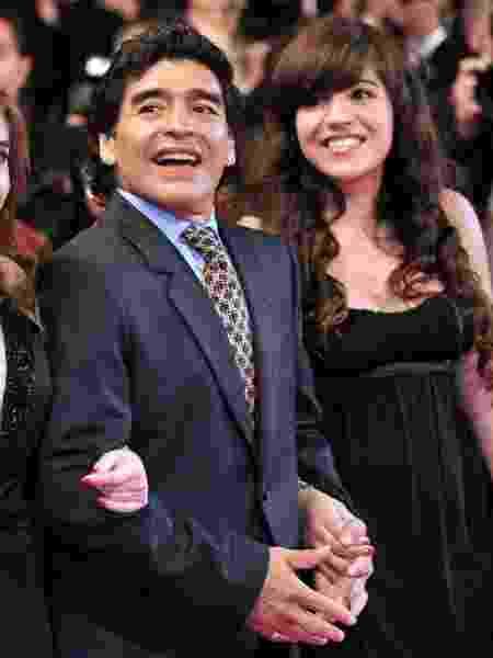 Maradona e suas filhas Dalma (à esq.) e Giannina - AFP - AFP