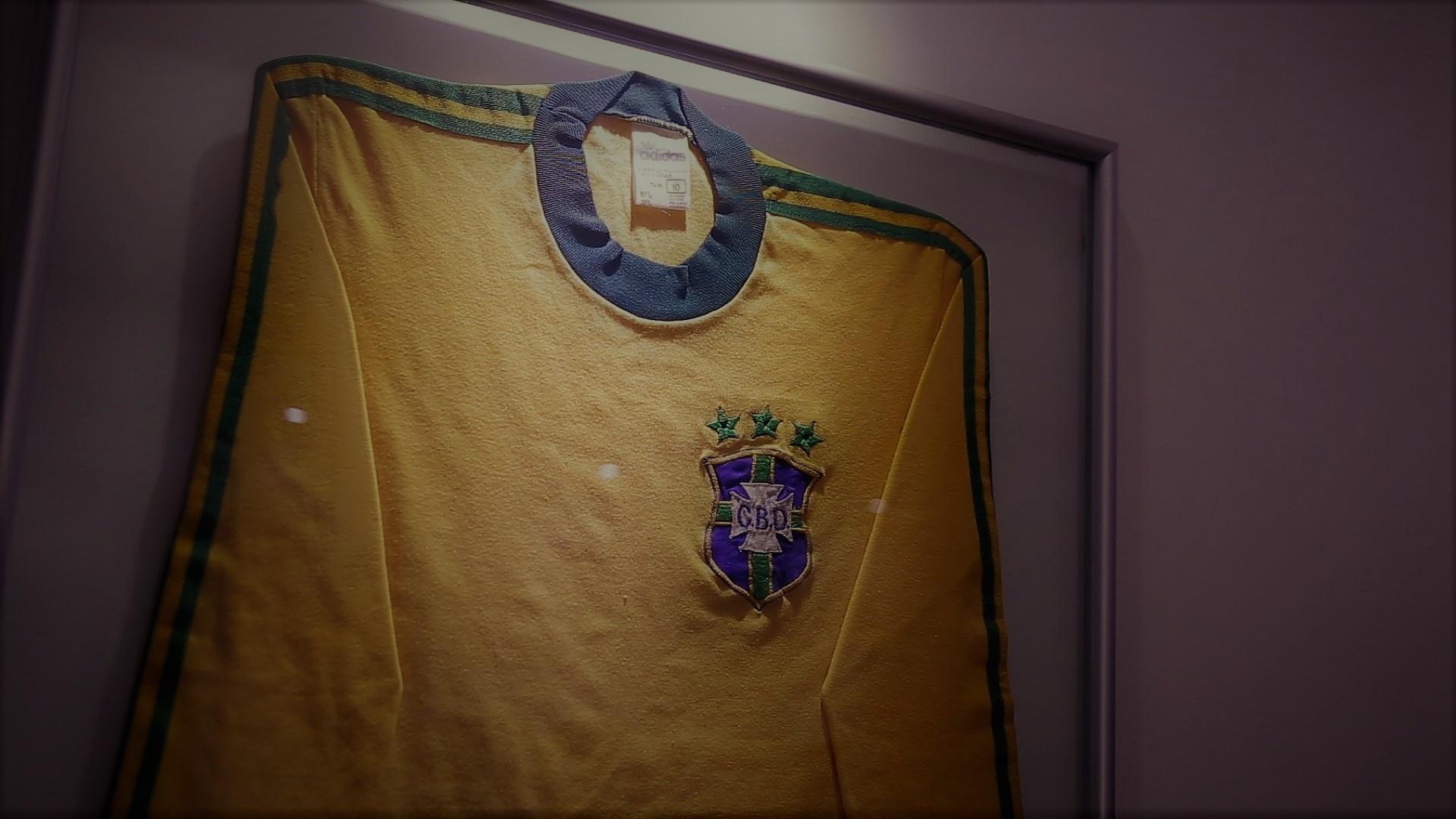 Camisa da seleção brasileira na sala de Roberto Dinamite