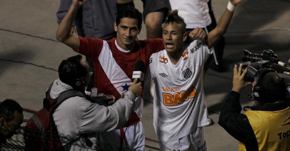 Neymar e Ganso comemoram, juntos, o título do Santos na Libertadores de 2011
