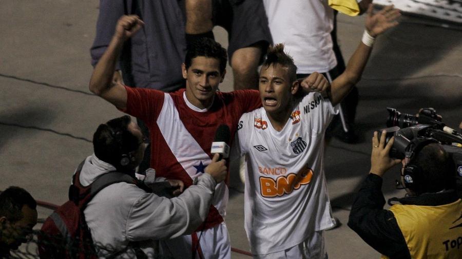 Neymar e Ganso comemoram juntos o título do Santos na Libertadores de 2011 - Eduardo Anizelli/Folhapress