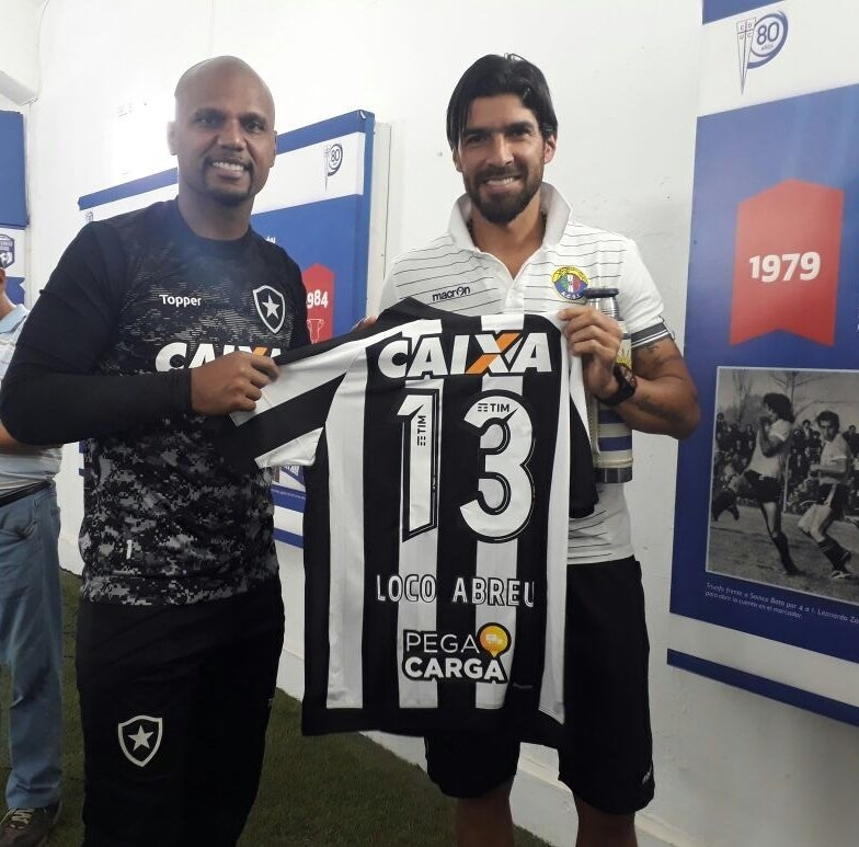 Jefferson presenteia Loco Abreu com a camisa do Botafogo