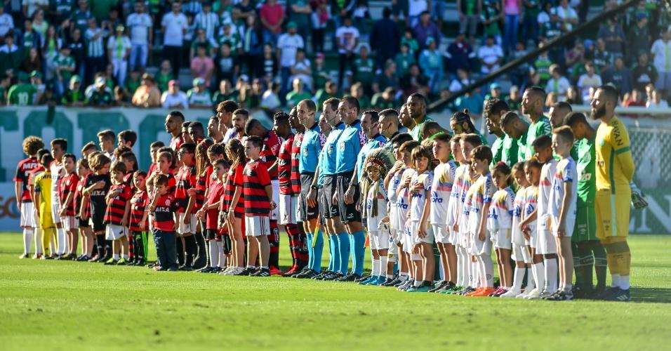 Flamengo e Chapecoense respeitam a execução do hino nacional em partida do Campeonato Brasileiro