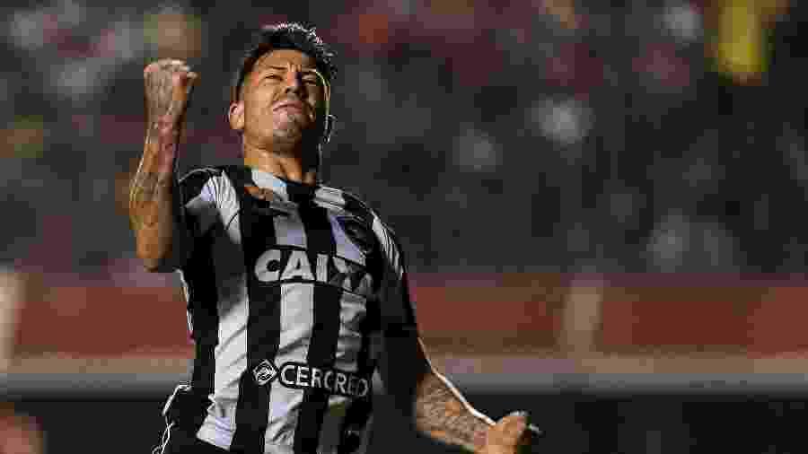 Leo Valencia terá nova oportunidade no Botafogo após ficar fora dos planos do clube - Ale Cabral/AGIF