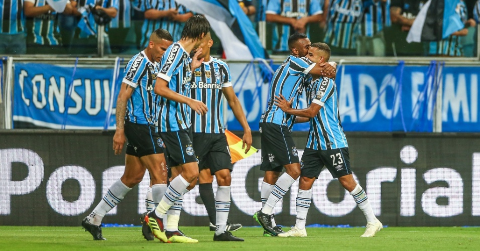 Jogadores do Grêmio comemoram gol sobre o River Plate